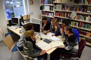 Studierende beim gemeinsamen Lernen im Leseraum der Teilbibliothek Sinologie.