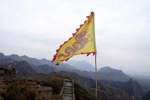 Eine Drachenfahne im Wind auf der Chinesischen Mauer.