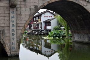 Eine Brücke vom Fluss aus fotografiert.