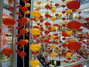 Lampions in einem chinesischen Einkaufszentrum.