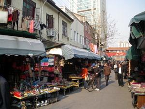 Ein Strassenmarkt in einer chinesischen Stadt.