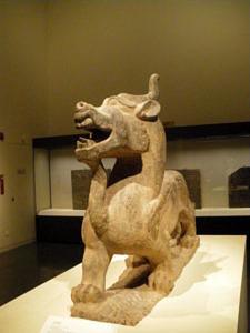 Eine steinerne Drachenstatue aus einem Museum.