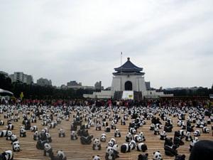 Tausende Papp-Pandas vor der Chiang Kai-Shek Memorial Hall als Teil einer Tierschutzaktion aus dem Jahr 2014.