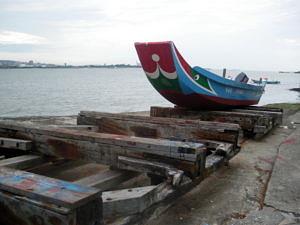 Ein traditionelles Holzbot im Hafen.