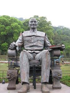 Eine sitzende Statue von Chiang Kai-shek aus dem Chiang Kai-shek Statuenpark auf Taiwan.