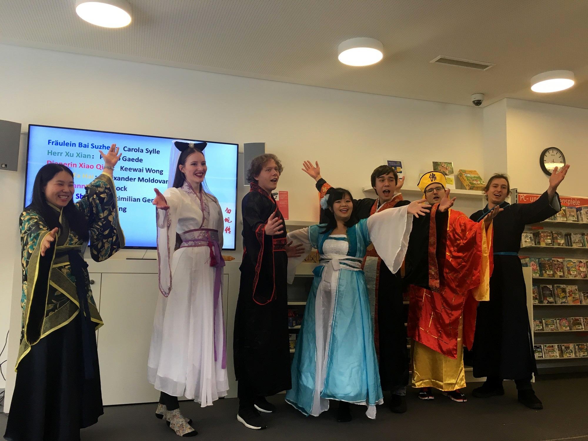 """Die Mitglieder der Theater Gruppe """"Sonnenstrahl"""" von links nach rechts: Zhu Shaoying, Carola Sylle, Maximilian Gertz, Keewai Wong, Phillip Gaede, Alexander Moldovan, und David Bock."""