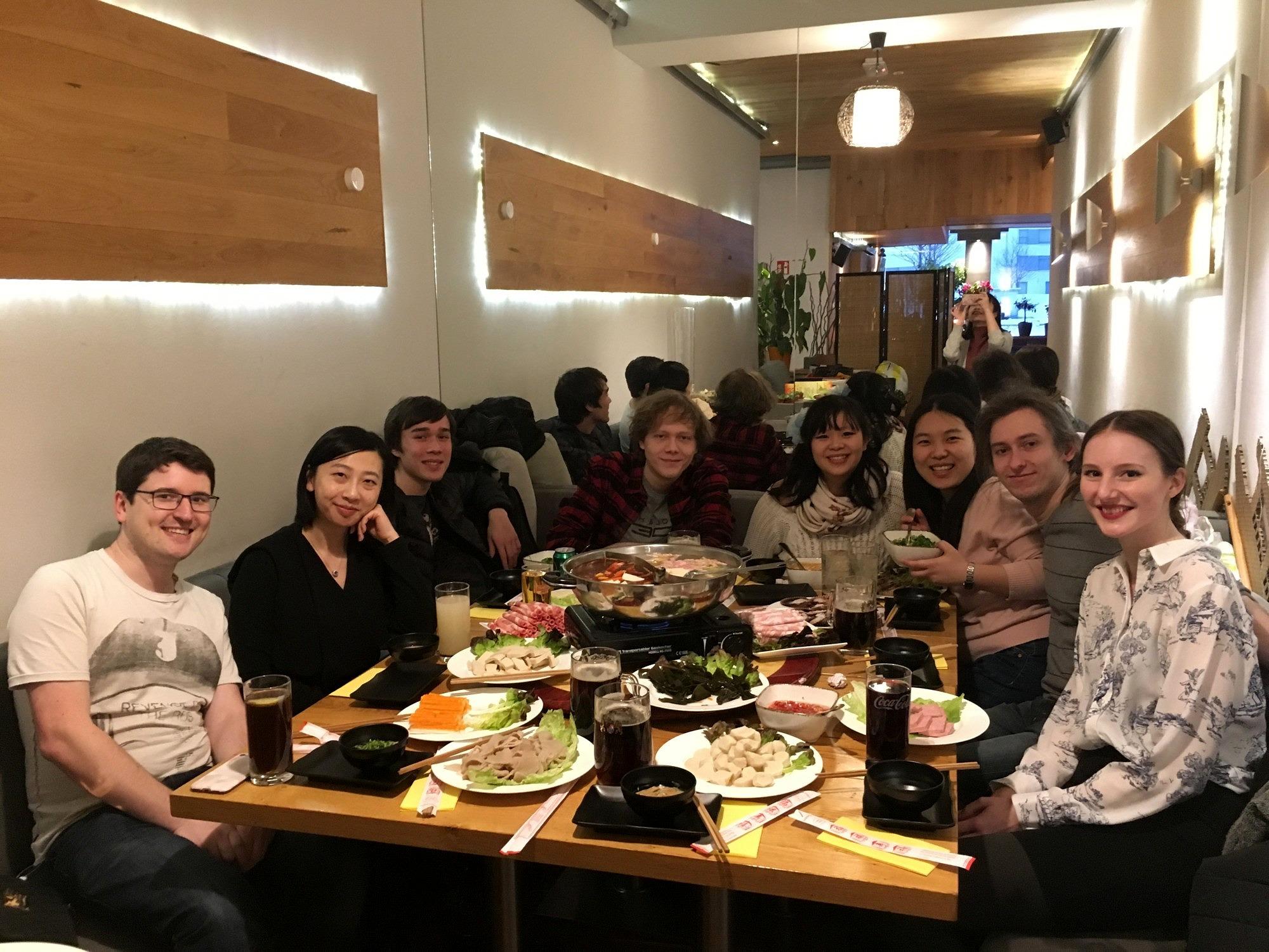 Die Theatergruppe Sonnenstrahl bei einem gemeinsamen Essen nach einem Auftritt in München.