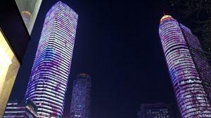 Das Stadtviertel Xinjiekou in Nanjing bei Nacht.