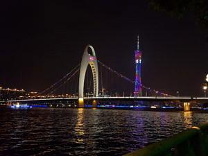 Die Liede Brücke und der Canton Tower bei Nacht.