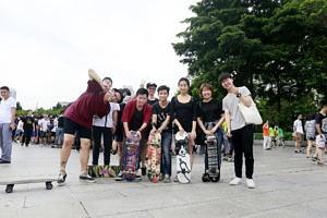 Eine Gruppe von Studierenden bei Freizeitaktivitäten.