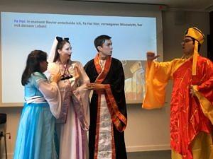 Die Theatergruppe Sonnenstrahl bei einer Aufführung im Konfuzius-Insititut in Frankfurt 2018.