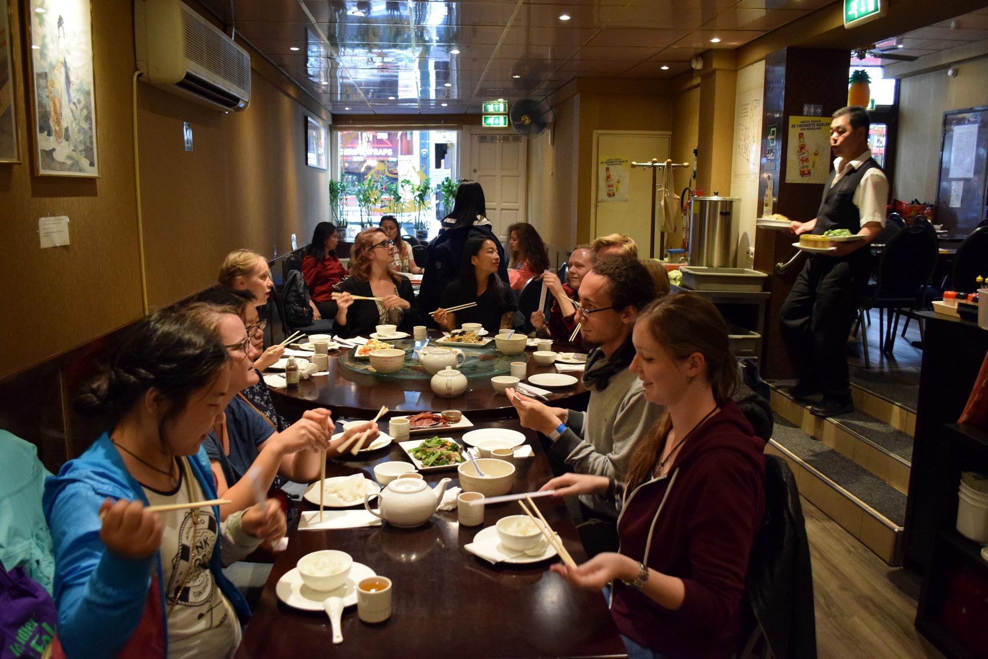 Die TeilnehmerInnen der Exkursion nach Leiden 2018 beim gemeinsamen Essen in einem chinesischen Restaurant.