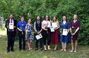 Ein Gruppenfoto von AbsolventInnen der Sinologie 2018 im Garten des IKGF.