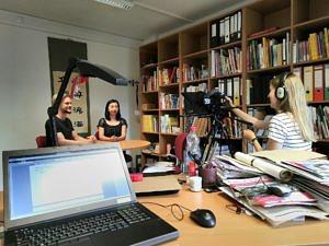 Studierende und Lehrende bei einem Videodreh im Sinologie-Institut.
