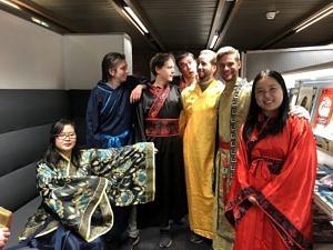 Gruppenfoto der Theatergruppe Sonnenstrahl nach einer Aufführung in München 2018.