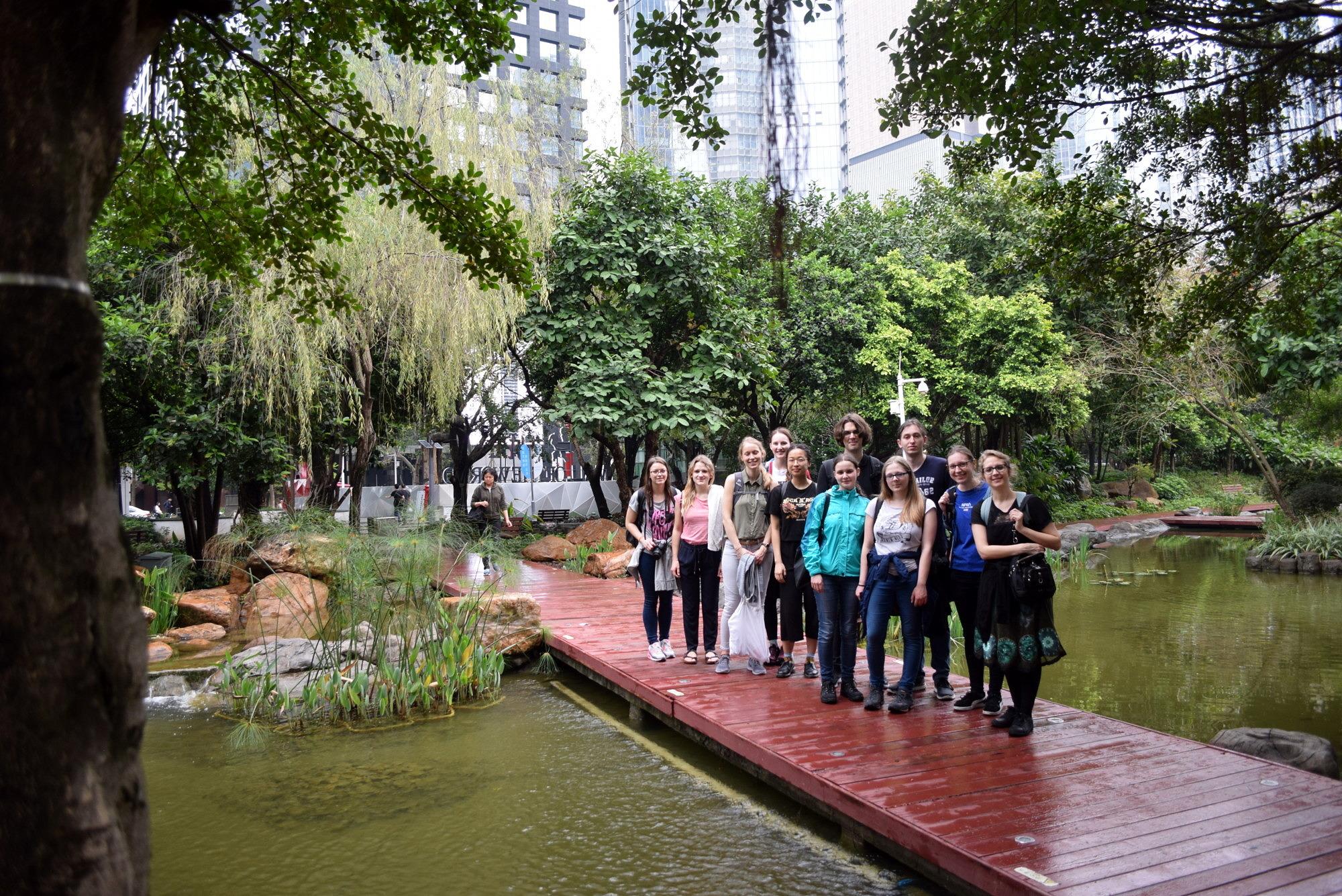 Gruppenfoto der ExkursionsteilnehmerInnen auf einer Brücke in einem Park in Guangzhou während der China-Exkursion 2019.