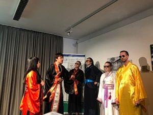 """Die Theatergruppe Sonnenstrahl bei der Aufführung des Stückes """"Drachen malen und Augen tupfen"""" bei einem Theaterworkshop des Konfuzius Institutes Frankfurt 2019."""