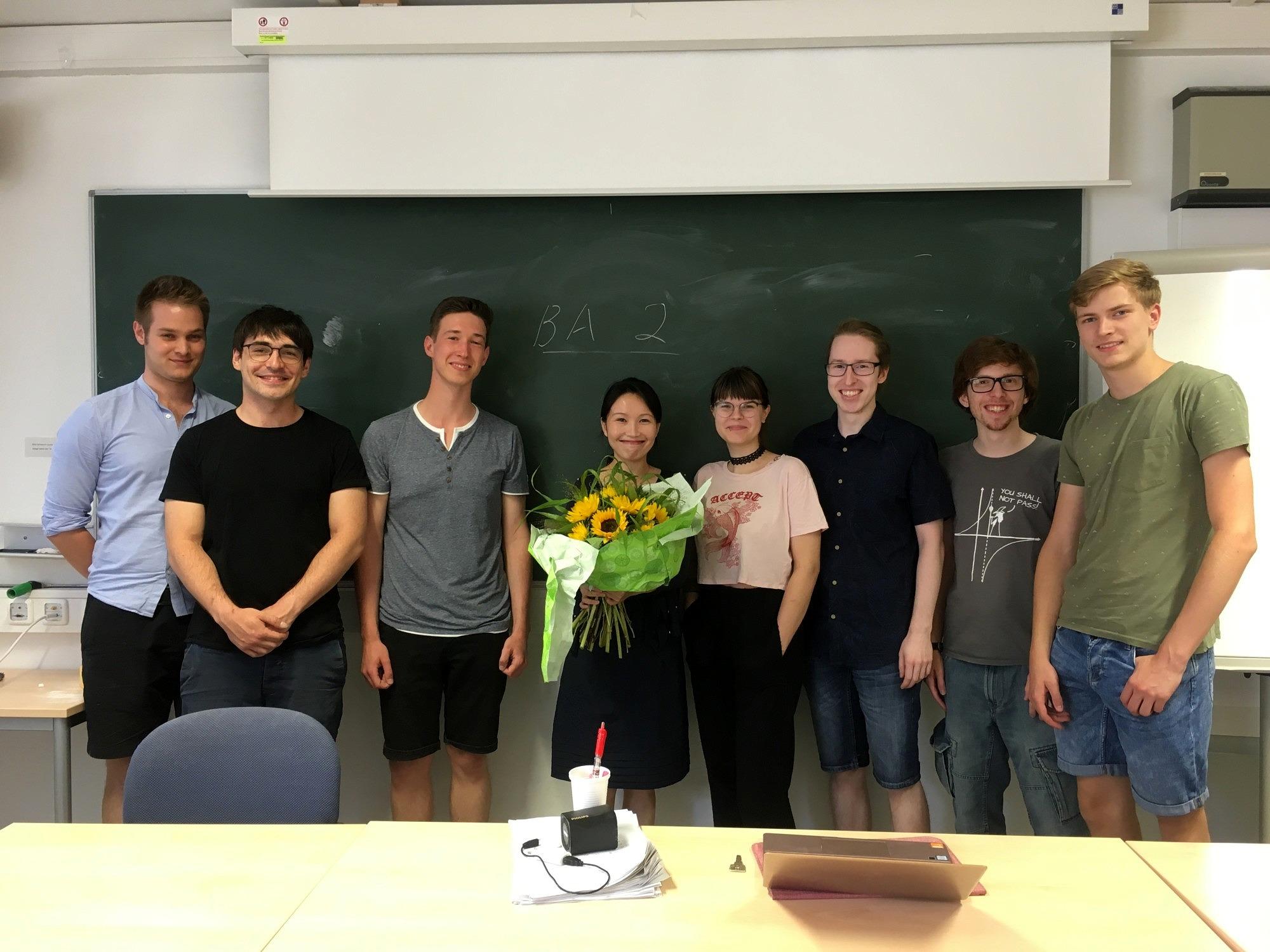 Studierende zusammen mit Sprachdozentin Frau Zhang Jingjing.