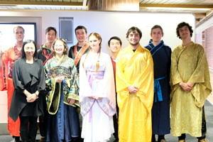Gruppenfoto der Theatergruppe Sonnenstrahl nach einer Aufführung beim Münchener Interkulturellen Märchenfest 2019.